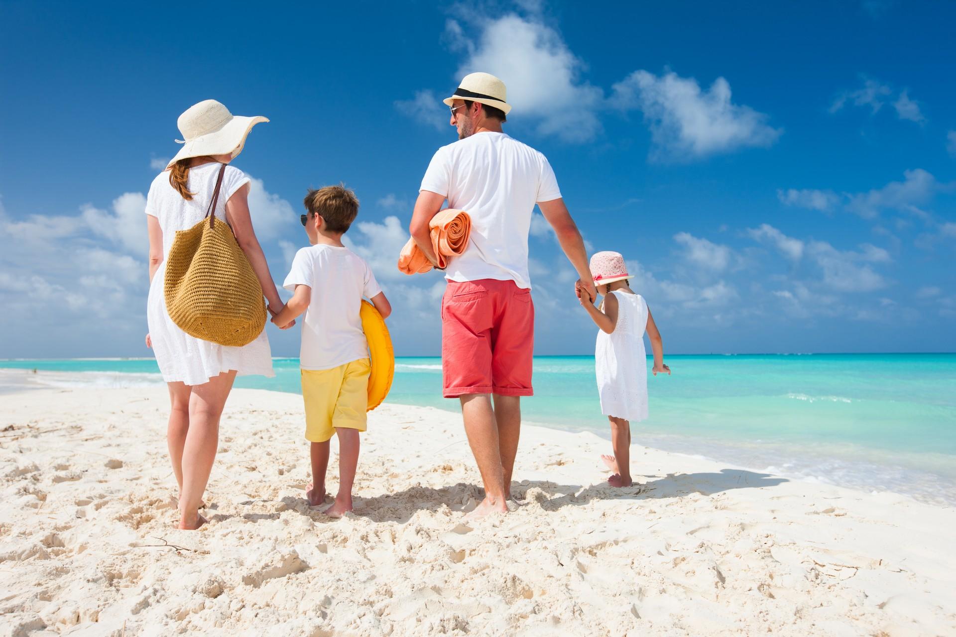 Семьёй на пляже 21 фотография